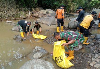 Sektor 22 Sub 08 Bersihkan Sungai Cikapundung Wilayah Ciumbuleuit