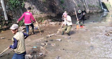 Sektor 22 Sub 02 Bersihkan Sungai Cidurian Di Cibeuying Kaler